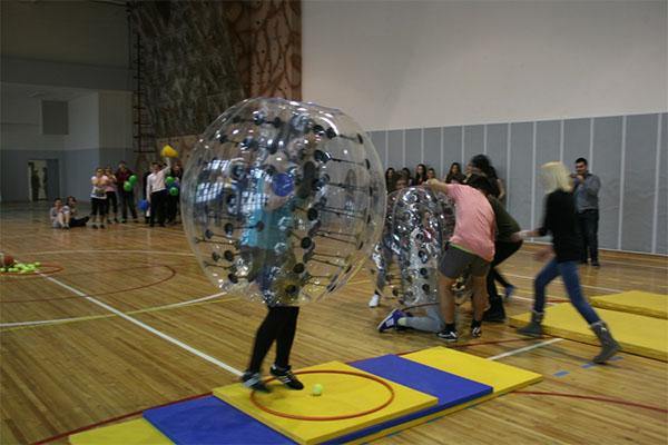 В конкурсной программе участвовали две команды: подснежники и фифы, которые состязались между